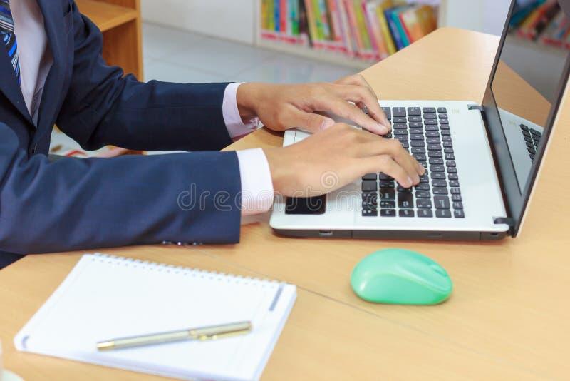 Mano del diseñador que trabaja con la tableta y ordenador portátil y cuaderno digitales imagen de archivo libre de regalías