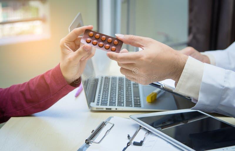 Mano del doctor de la medicina que da o que muestra medicaciones al paciente imágenes de archivo libres de regalías