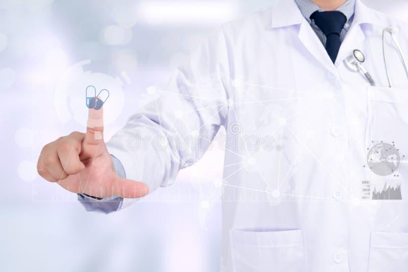 Mano del doctor de la medicina que trabaja con el interfaz moderno del ordenador como m fotografía de archivo