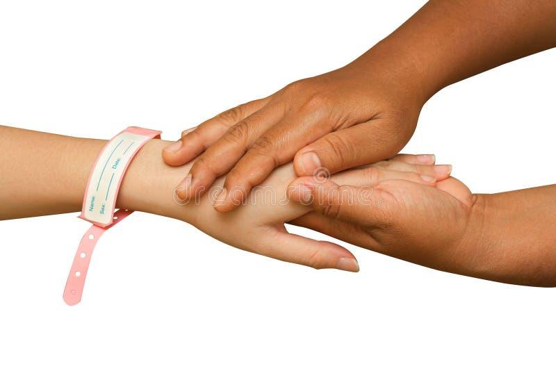 Mano del doctor que ayuda a la mano paciente imágenes de archivo libres de regalías