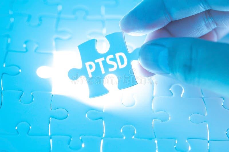 Mano del doctor que lleva a cabo un rompecabezas con PTSD - fije s traumático imágenes de archivo libres de regalías