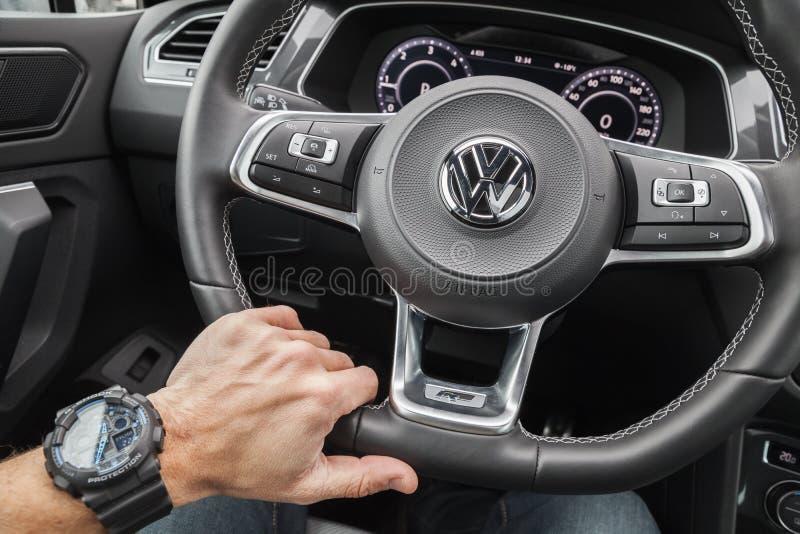 Mano del driver di Volkswagen Tiguan fotografie stock