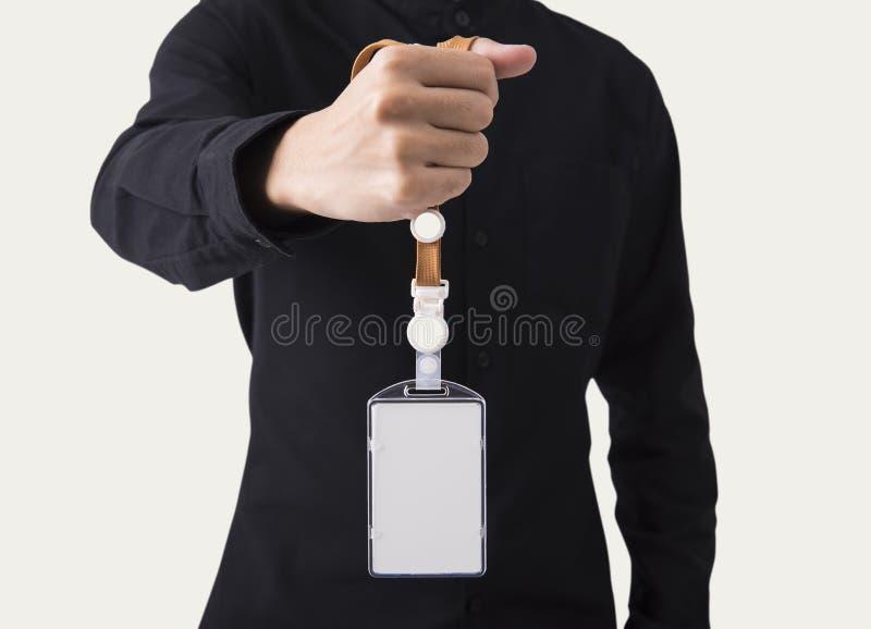 Mano del empleado que muestra el poseedor de una tarjeta de identificación en blanco de la tarjeta de presentación de la identifi imagen de archivo