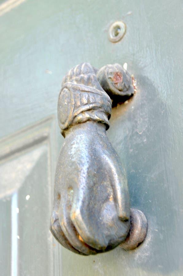 Mano del golpeador de puerta imagen de archivo