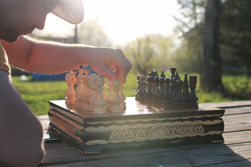 Mano del hombre del ajedrez al aire libre fotos de archivo libres de regalías