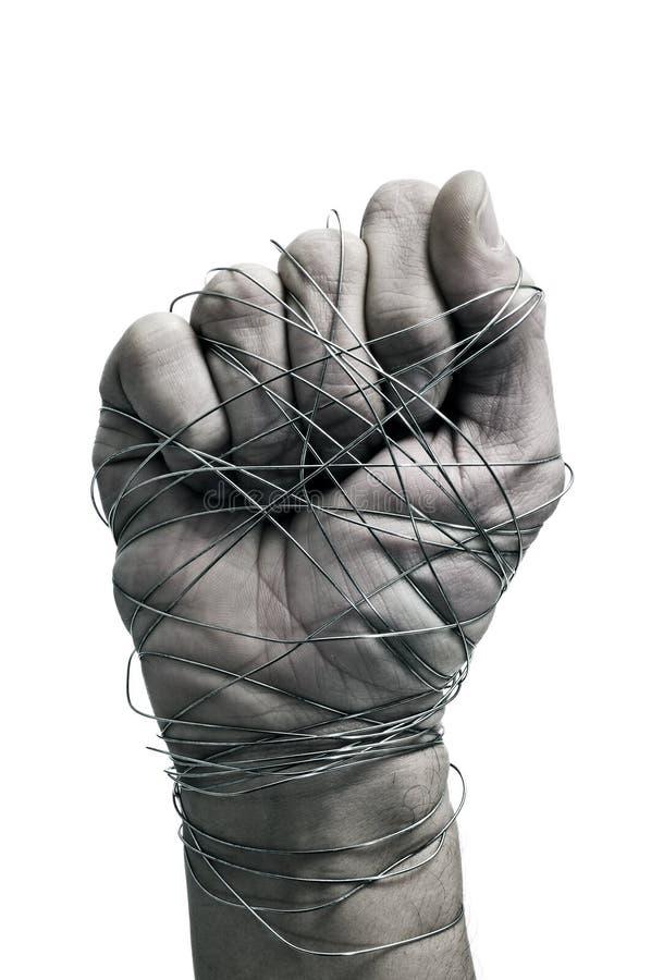 Mano del hombre atada con el alambre fotos de archivo