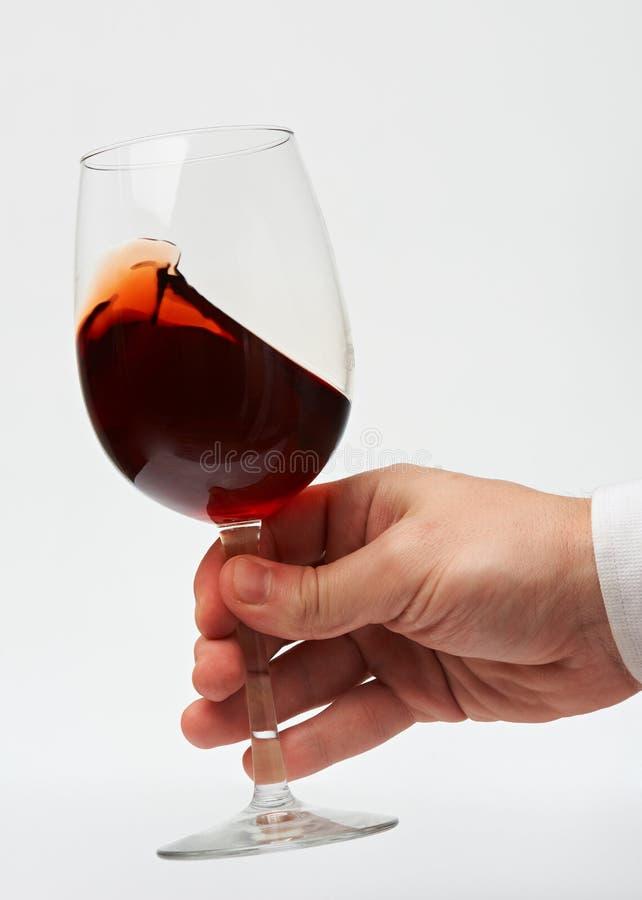 Mano del hombre con la copa de vino roja fotos de archivo