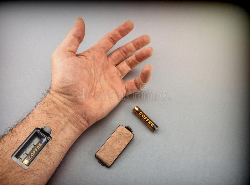 Mano del hombre con la ranura para las baterías de carga imágenes de archivo libres de regalías