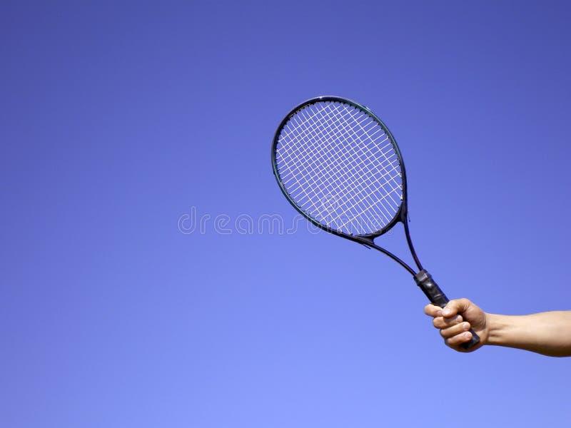 Mano del hombre con la raqueta de tenis foto de archivo libre de regalías