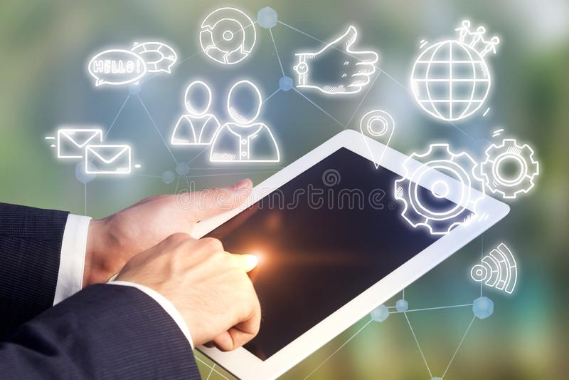 Mano del hombre de negocios en medios del social de la pantalla de la tableta fotos de archivo