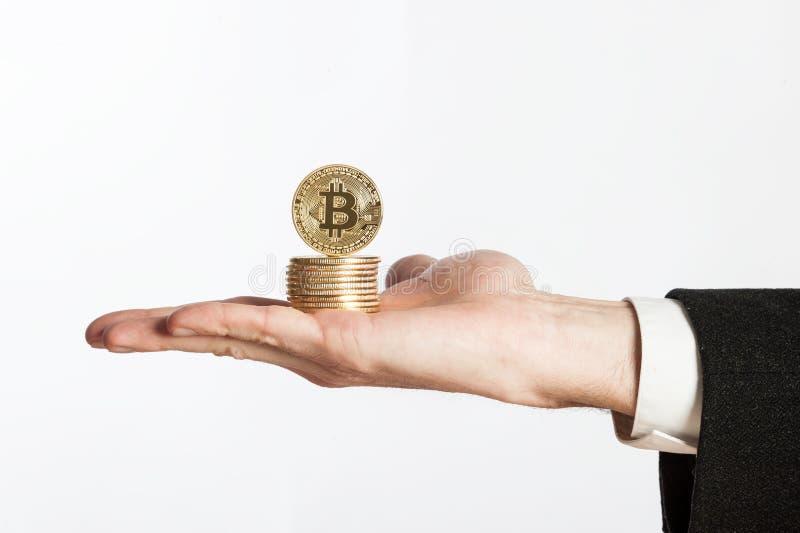 Mano del hombre de negocios que lleva a cabo bitcoins fotografía de archivo libre de regalías