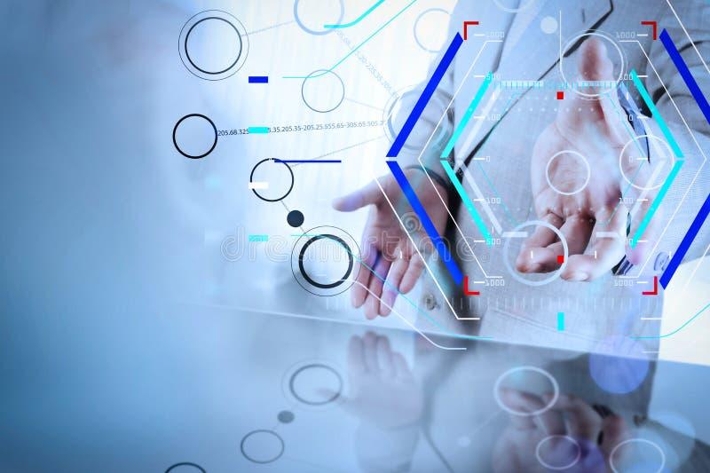mano del hombre de negocios que muestra el organigrama en blanco en el nuevo ordenador moderno fotografía de archivo libre de regalías