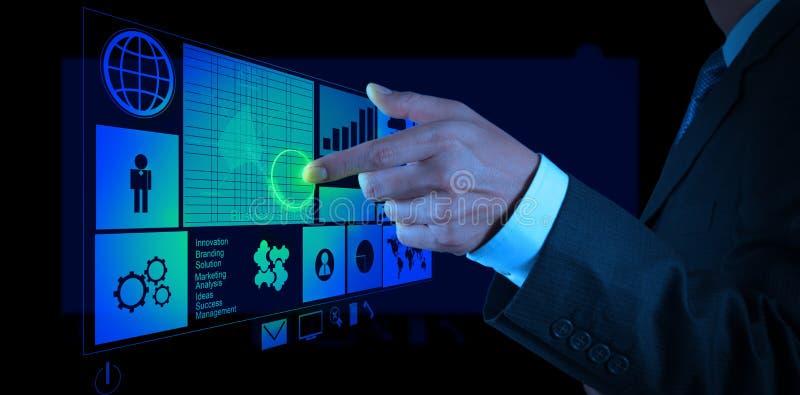 Mano del hombre de negocios que trabaja con el nuevo ordenador moderno y el negocio s imagen de archivo libre de regalías