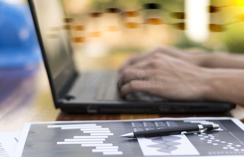 Mano del hombre de negocios que trabaja con el nuevo ordenador moderno y el negocio s fotos de archivo