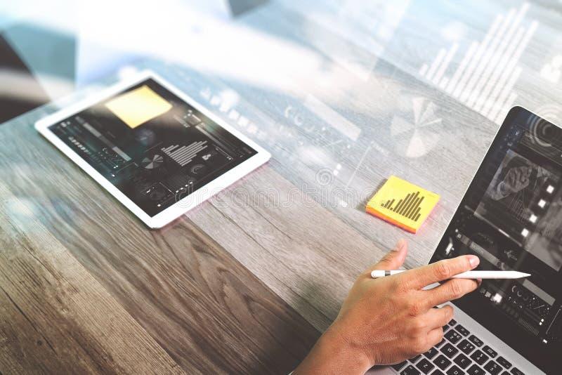 Mano del hombre de negocios que trabaja con los papters de la nota de la pluma de la aguja digitales imagen de archivo
