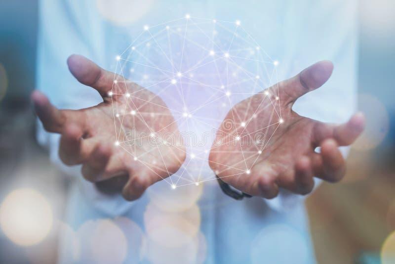Mano del hombre de negocios usando la conexión de red del mapa, diagrama social del concepto medios foto de archivo libre de regalías