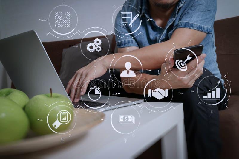 mano del hombre del diseñador usando compter del ordenador portátil y onlin móvil de los pagos fotos de archivo