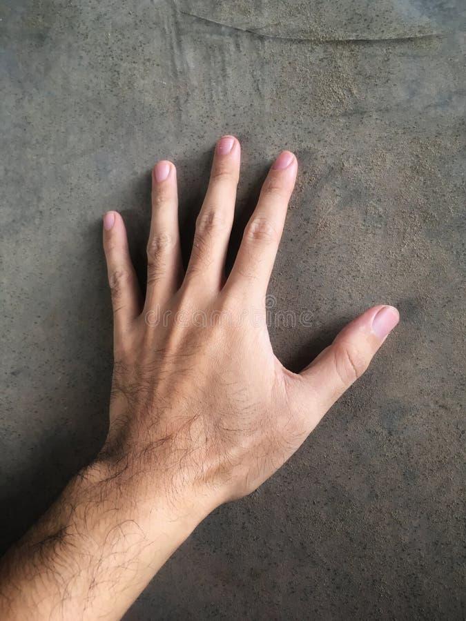 Mano del hombre en la pared del cemento libre illustration
