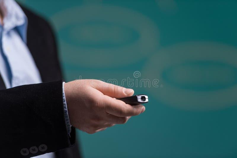 Mano del hombre que celebra señalar del laser imagen de archivo