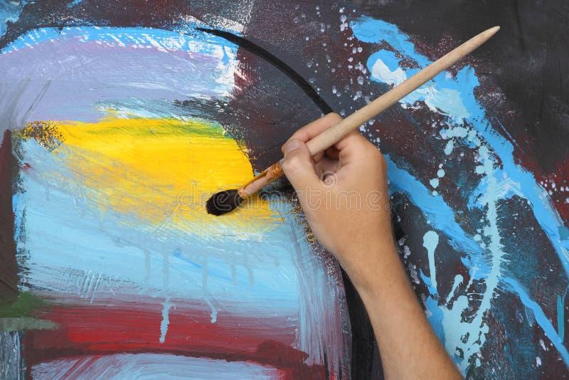 Mano del hombre que pinta el cuadro abstracto stock de ilustración