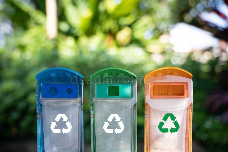 mano del hombre que pone la reutilización plástica para reciclar el ambiente del concepto fotos de archivo
