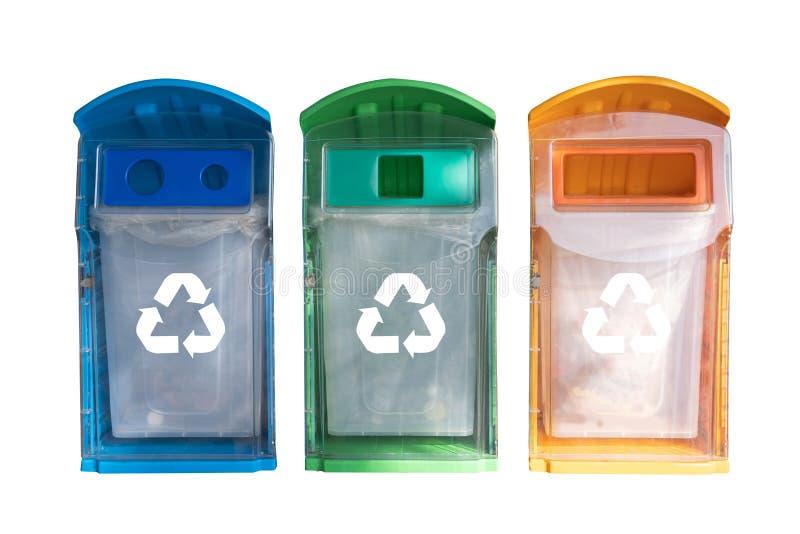 mano del hombre que pone la reutilización plástica para reciclar el ambiente del concepto imagen de archivo