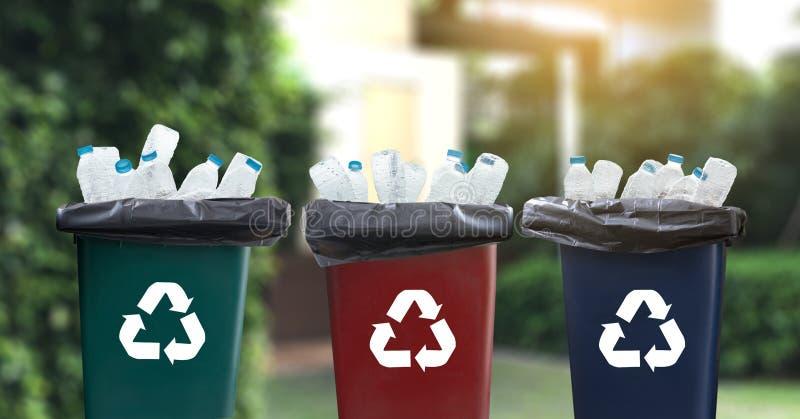 mano del hombre que pone la reutilización plástica para reciclar environmen del concepto foto de archivo libre de regalías
