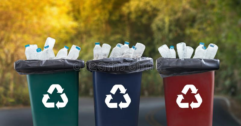 mano del hombre que pone la reutilización plástica para reciclar environmen del concepto fotografía de archivo
