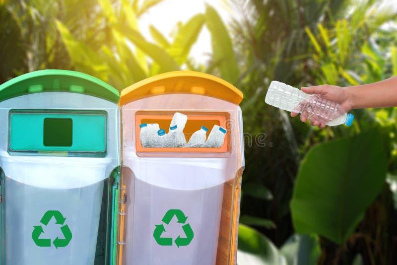 mano del hombre que pone la reutilización plástica para reciclar environmen del concepto fotos de archivo libres de regalías