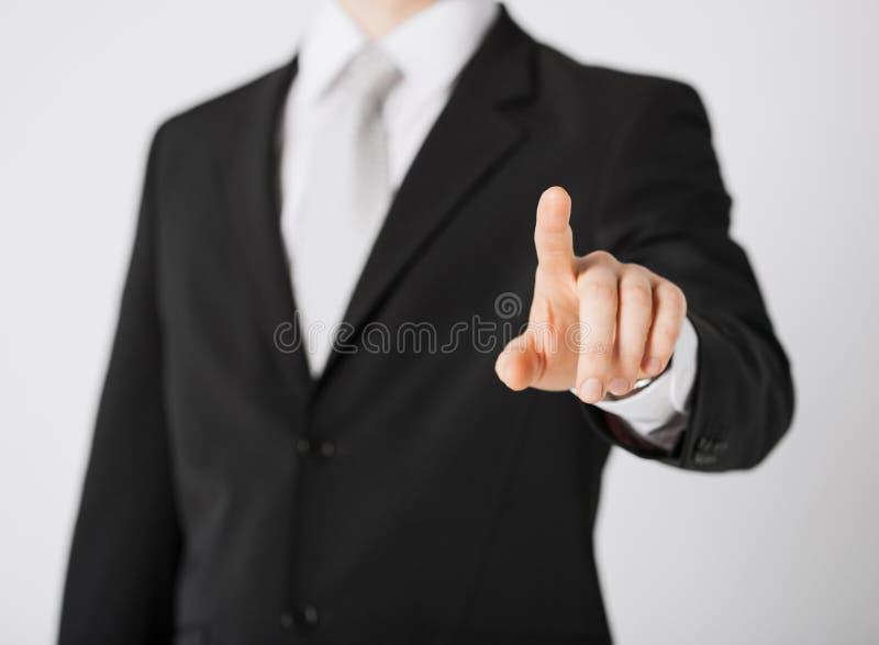 Mano del hombre que señala en algo imagen de archivo