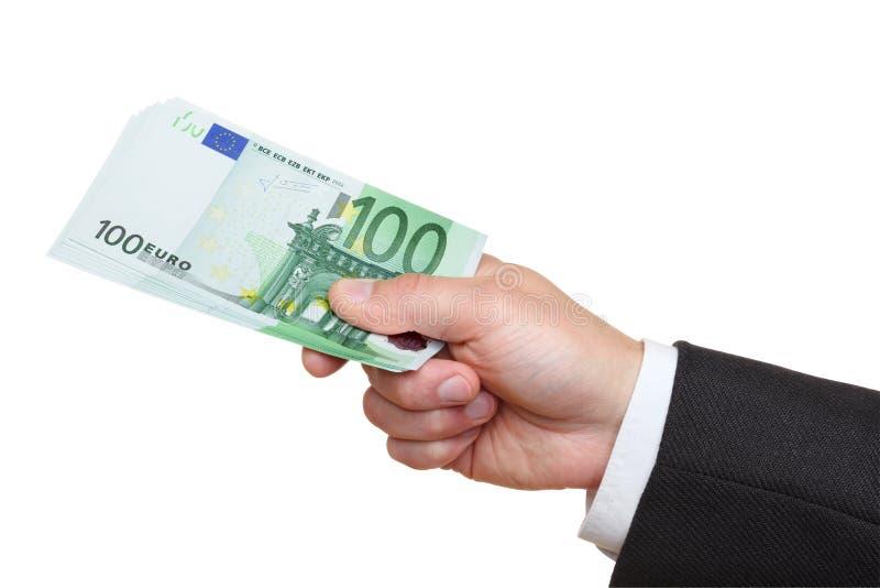 Mano del hombre que sostiene cientos billetes de banco euro. imagenes de archivo