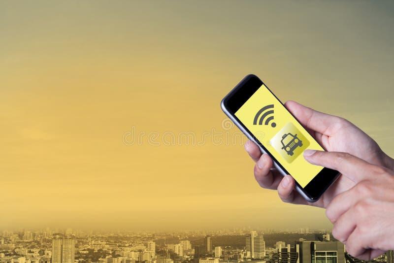 Mano del hombre que usa el taxi de la llamada del smartphone por smartphone del uso imagen de archivo