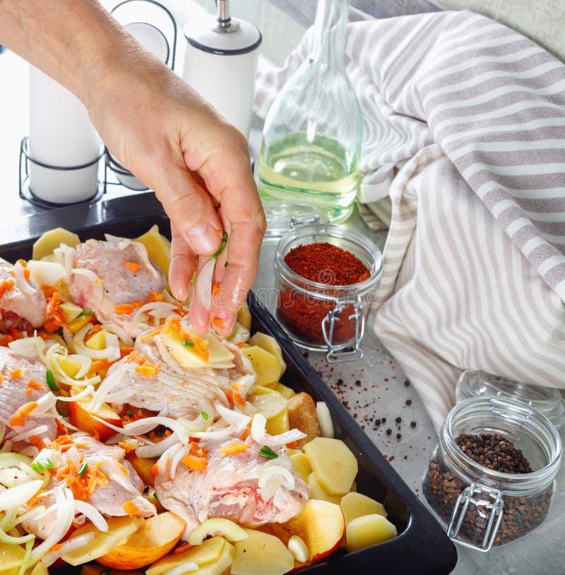 Mano del hombre tomar cocinar de la carne con la verdura y las especias para la parrilla fotos de archivo