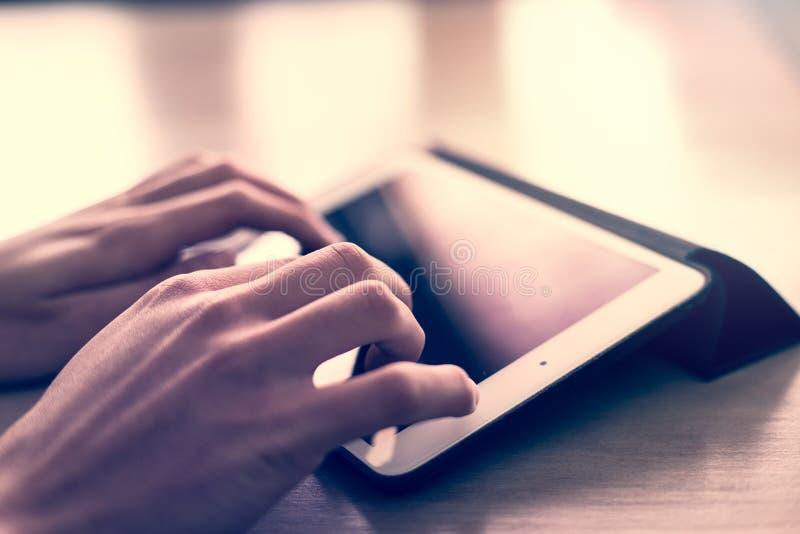 Mano del hombre usando la tableta blanca fotos de archivo libres de regalías