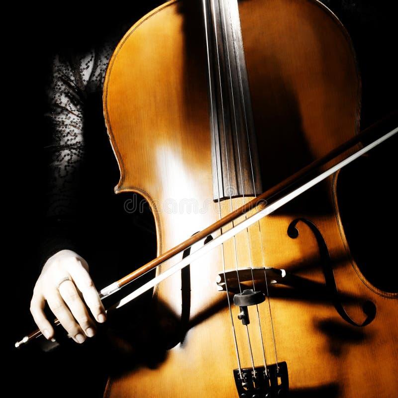 Mano del instrumento musical del violoncelo imagen de archivo