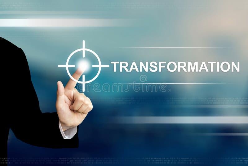 Mano del negocio que hace clic el botón de la transformación en la pantalla táctil imagen de archivo