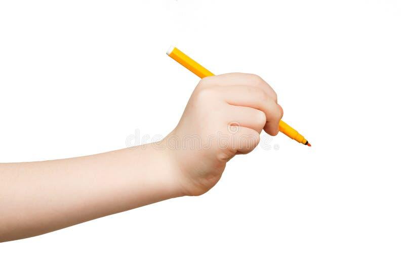 Mano del niño que sostiene el rotulador aislado en blanco imágenes de archivo libres de regalías