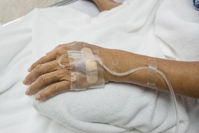 Mano del paciente en el hospital fotografía de archivo