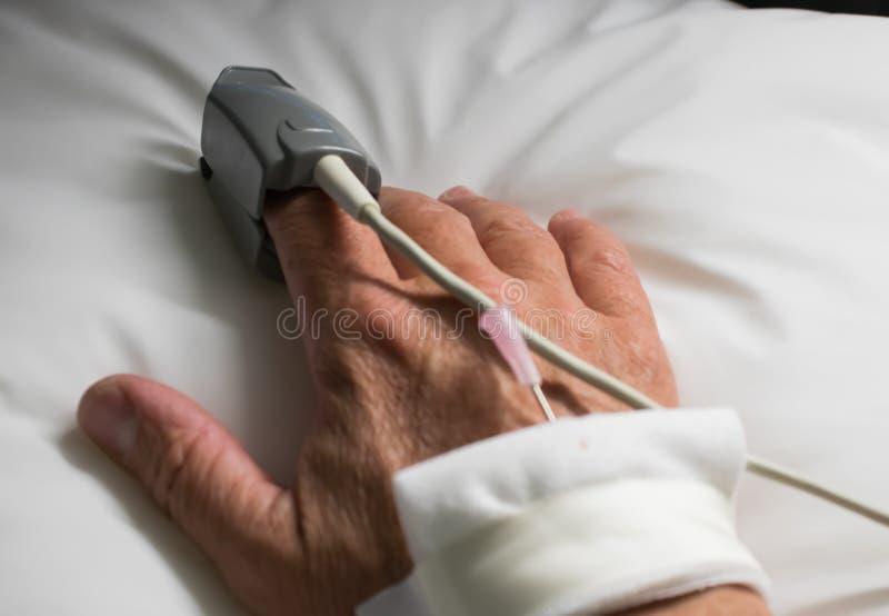 Mano del paciente hospitaled fotos de archivo