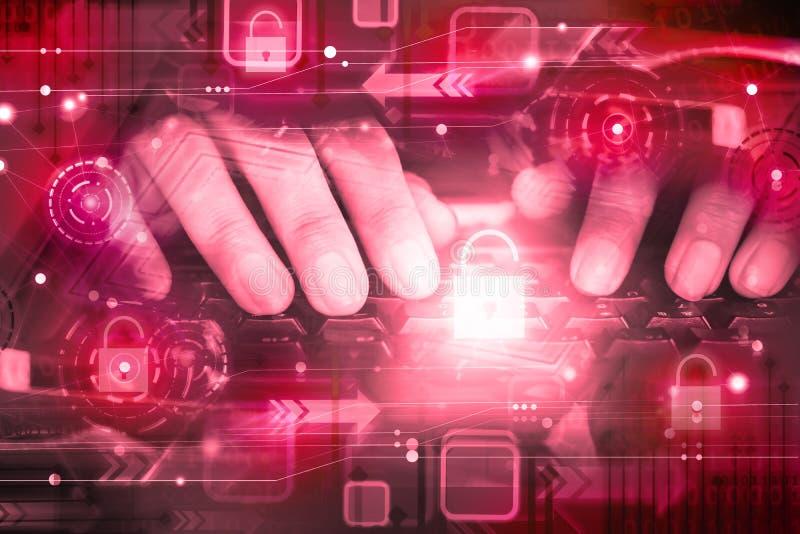 Mano del pirata informatico sulla tastiera di computer con l'icona sbloccata, attacco cyber, rete non garantita, sicurezza di Int fotografia stock