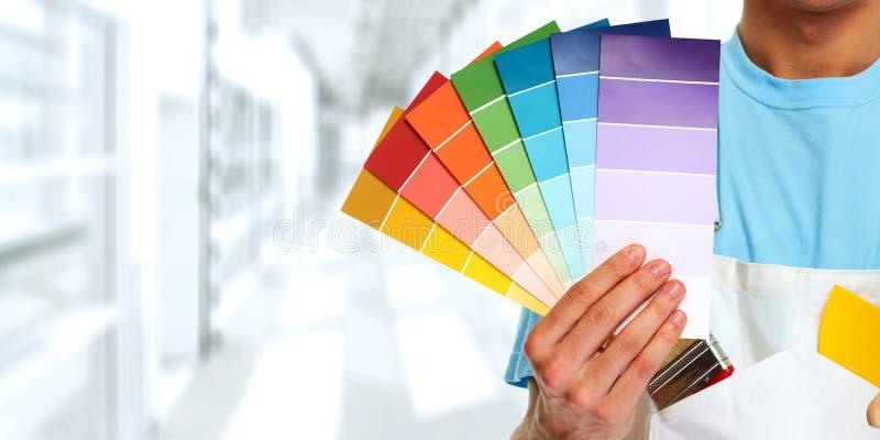 Mano del pittore con i colori fotografia stock