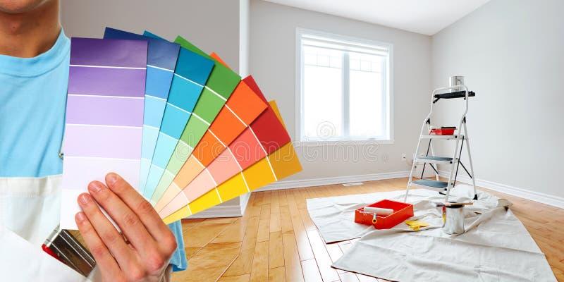 Mano del pittore con i colori fotografia stock libera da diritti