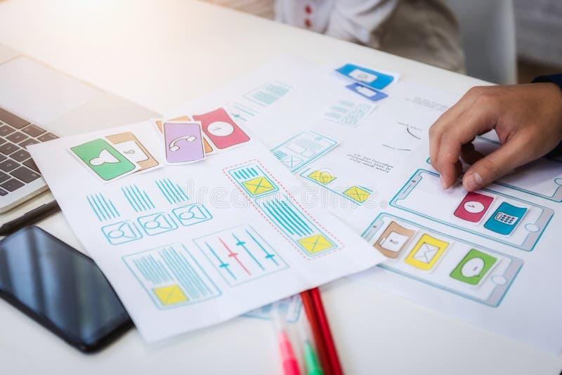 Mano del primer del diseñador gráfico que trabaja sobre diseño del uso del wireframe en oficina Concepto de la experiencia del us imagenes de archivo