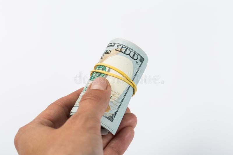 Mano del primo piano che dà soldi ad un'altra mano isolata su fondo bianco dono fotografie stock libere da diritti
