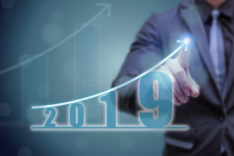 Mano del punto dell'uomo di affari sulla cima del grafico della freccia con il tasso alto di crescita Il successo ed il grafico c immagini stock