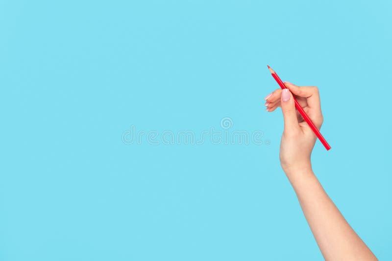 Mano del raccolto della donna con la matita rossa immagine stock libera da diritti