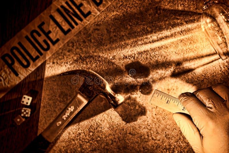 Mano del ricercatore della polizia alla scena del crimine di omicidio di CSI