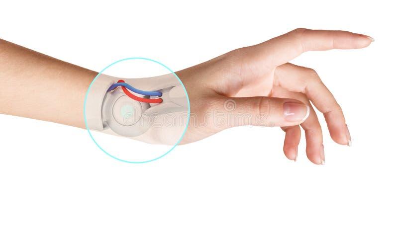 Mano del robot dentro de la mano humana Concepto de la prótesis de la mano fotografía de archivo libre de regalías
