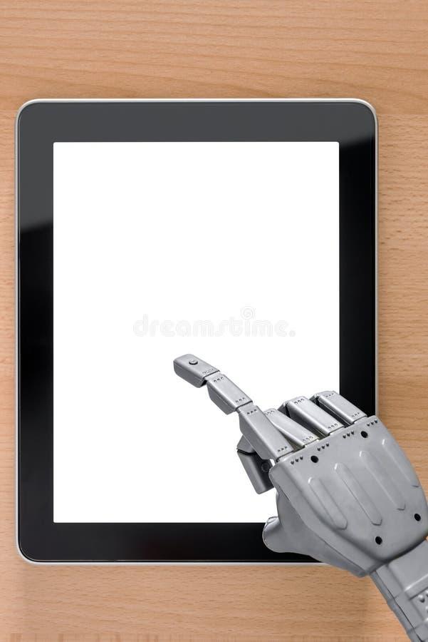 Mano del robot usando la pantalla en blanco de la tableta de la pantalla táctil fotografía de archivo libre de regalías