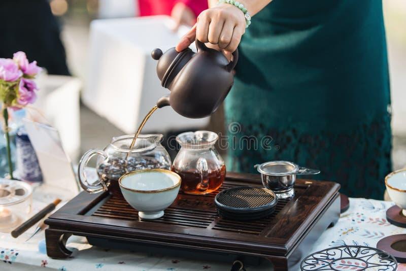 Mano del ` s de la mujer que hace té coreano tradicional foto de archivo
